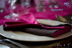 Los Cabos wedding decor: pink and brown napkins