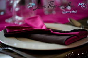 Los Cabos wedding decor: pink and brown napkins