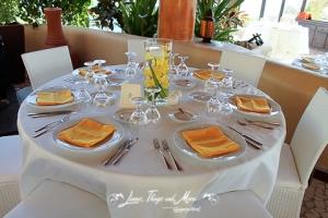 yellow napkins and floral design at Sunset Da Monalisa